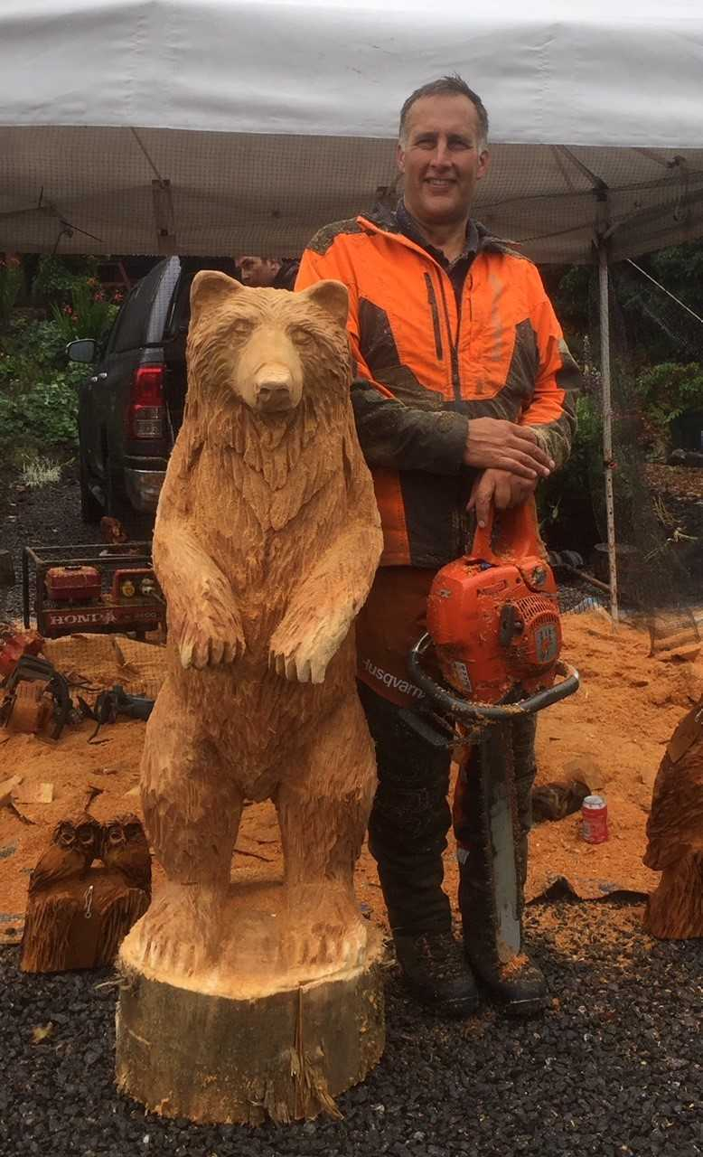 Chainsaw carver sculpts bear ahead of beith s garnock valley